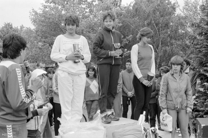 A Vasi Vasember triatlon verseny női számának erdményhirdetése 1986-ban. A dobogón középen a győztes Boltos Eszter, a második helyezett: Wolsky Éva (b) és a harmadik: Morányi Zsuzsanna (j).