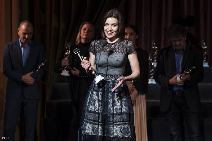 A legjobb tévéfilmes nõi főszereplő díjával kitüntetett Szávai Viktória (A színésznő).