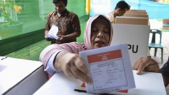 Több száz szavazatszámláló halt meg kimerültségben a 200 milliós választáson