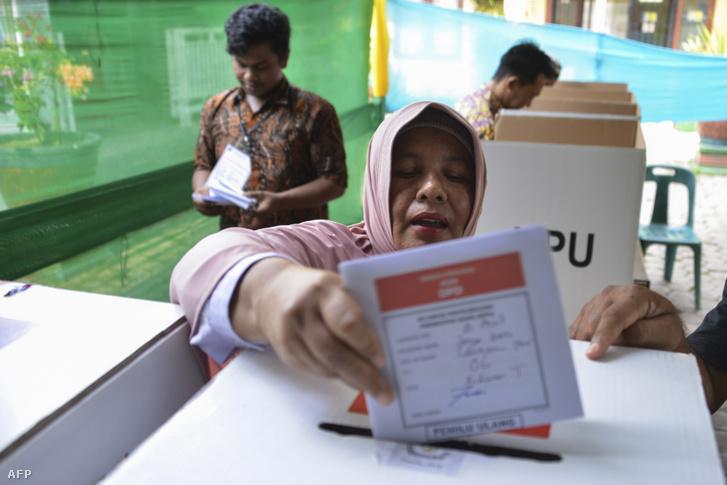 Szavazók Indonéziában 2019. április 25-én