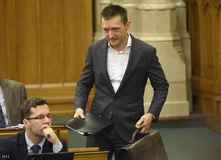 Rogán Antal az alaptörvény hetedik módosításáról szóló szavazás előtt kezében a 700 ezer forintba kerülő táskájával 2016. november 8-án.