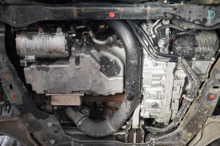 Az automataváltó termosztátot és elektromos keringtető szivattyút is kapott, így elvileg tovább bírja az olaj