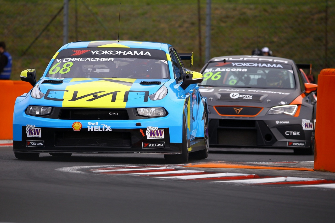 Yann Ehrlacher és Azcona remek szerepléssel és az időmérőn is keményen autózva 3. és 6. helyekkel jelentették be igényüket a két futamon a dobogós helyezésekre