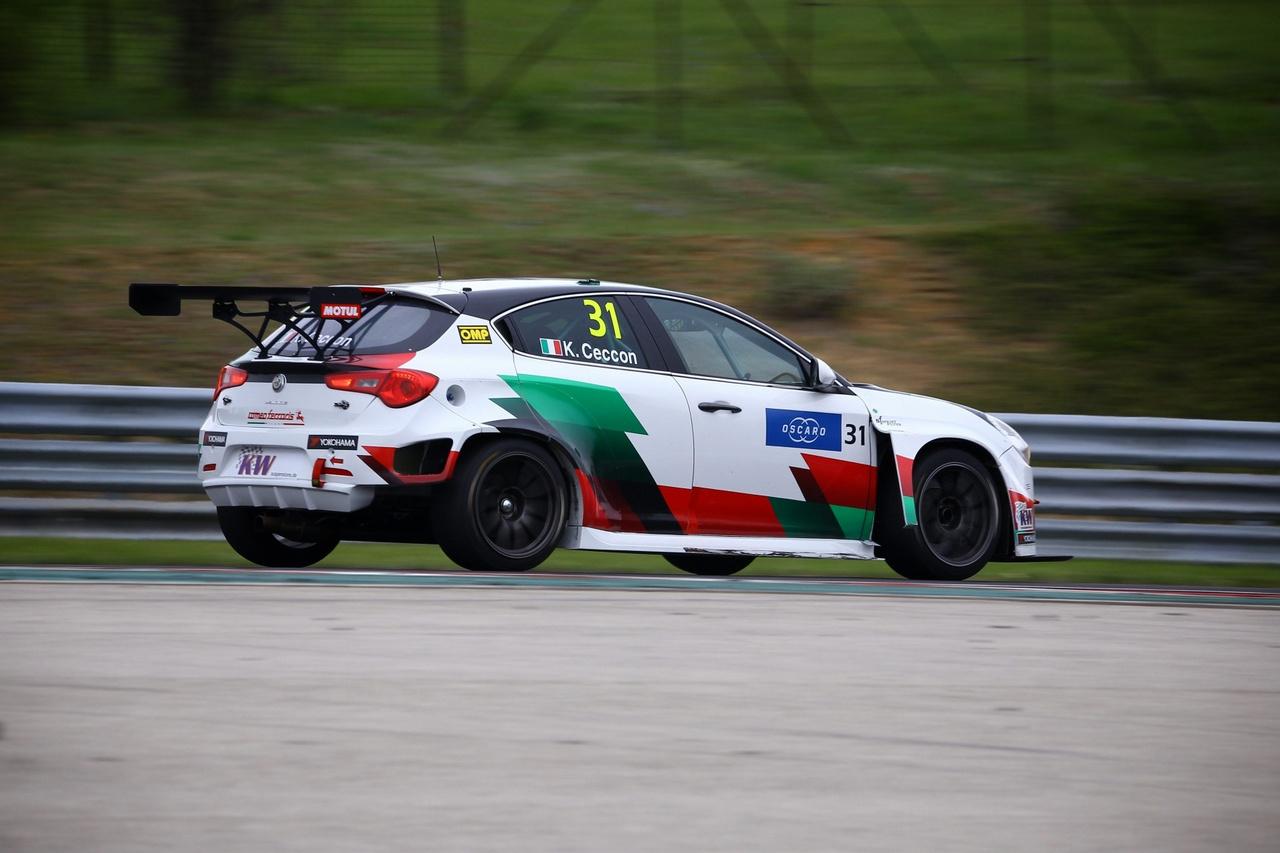 Szegény Alfa Romeot hajtó Kevin Ceccon a gumifalban végezte, ami miatt végül a mezőny a Safety Cart követve ért be a célba