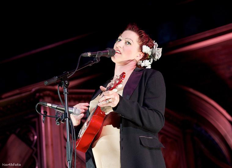 """Ennek a nőnek a neve Amanda Palmer, ő arról a legismertebb, hogy a The Dresden Dolls nevű """"punkkabaré""""-duó egyik tagja"""
