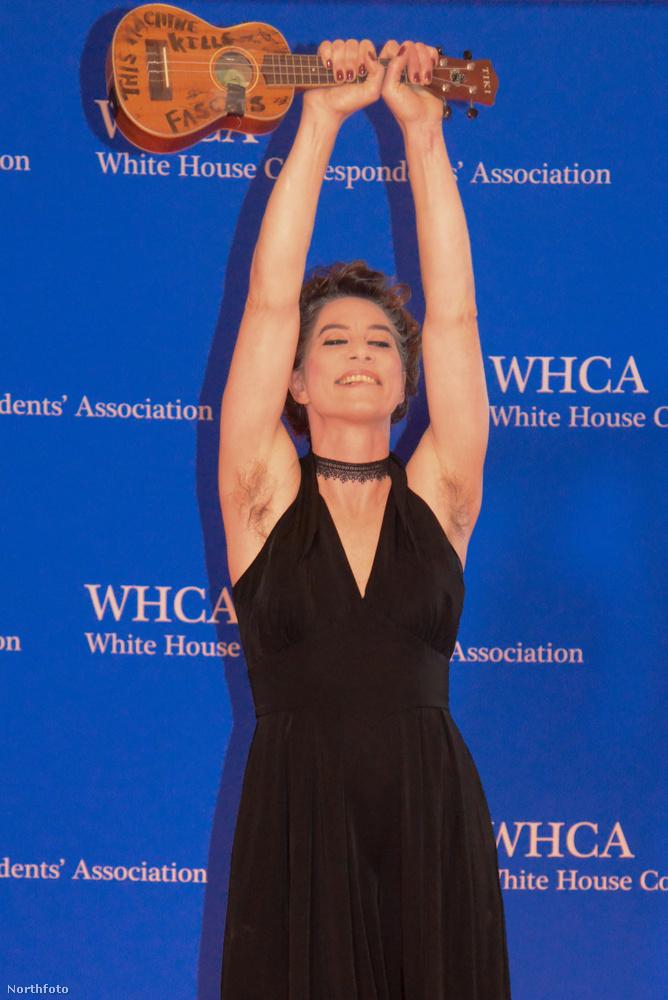 Amanda Palmer hangszerét és szőrzetét is nagyon büszkén mutatta meg a Fehér Házban összegyűlt fotósoknak.
