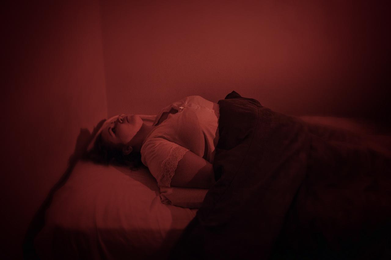 Jessica mexikói, egyik éjjel vörös fény töltötte be a szobáját, nem tudott mozogni, és egy lény állt az ágya mellett.