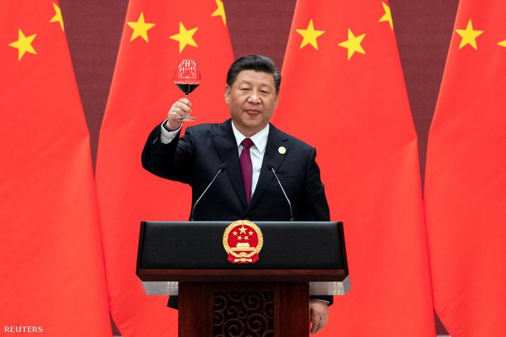Hszi Csin-ping kínai államfő emeli poharát az Egy öv, egy út rendezvényen tartott beszéde végén 2019. április 26-án, Pekingben