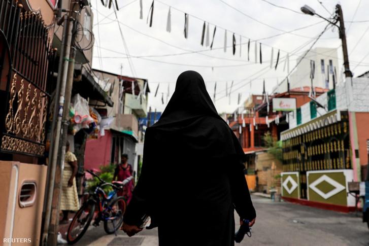 Hijabot viselő muszlim nő sétál Colombóban, Sri Lankán 2019. április 29-án.