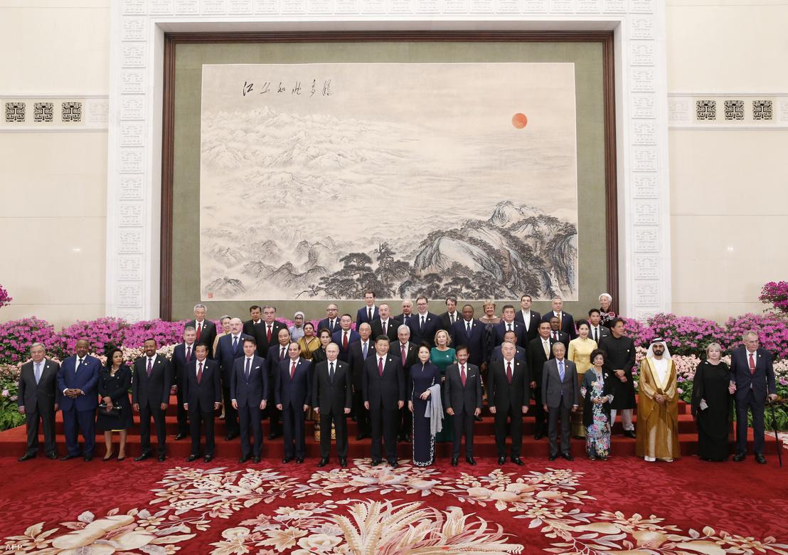 Résztvevők csoportképe az Egy övezet, egy út kezdeményezés második nemzetközi fórumának gálavacsorája előtt Pekingben 2019. április 26-án, középen Hszi Csin-ping pártfőtitkár-államelnök és felesége Peng Liyuan.