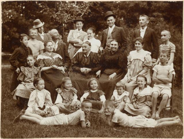 Csáth Géza családjával. Csáth jobbra, csíkos pólóban az álló sor végén, Kosztolányi Dezső kalapban balra az álló sor végén, 1900