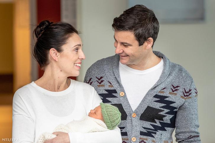 Jacinda Ardern új-zélandi miniszterelnök (b) és párja, Clarke Gayford újszülött kislányukkal távozik az aucklandi kórházból 2018. június 24-én.