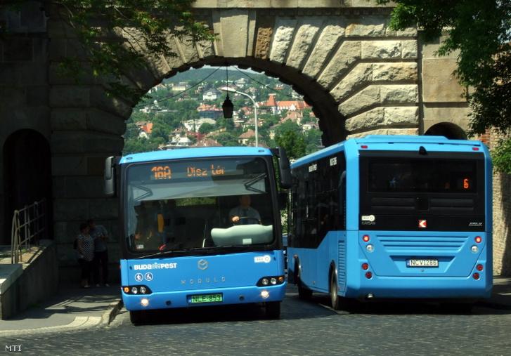 2016. május 23. Egy Evopro Modulo Medio Electric zöld rendszámos elektromotoros meghajtású autóbusz érkezik a Bécsi kapun át a Budai Várba mellette egy Euro6-os motorral szerelt Karsan ATAK midibusz távozik a Széll Kálmán tér felé. A BKK környezetkímélõ autóbuszokat állított forgalomba a Budai Váron áthaladó 16-os és 16A járatán.