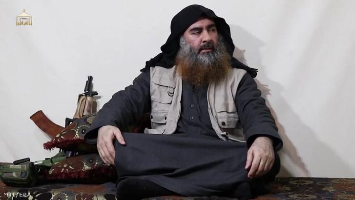 Abu Bakr al-Bagdadi, az Iszlám Állam dzsihadista terrorszervezet vezetője üzenetet intéz támogatóihoz 2019 áprilisában. A már többször halottnak vélt al-Bagdadi 2014 júniusa óta most először tett közzé videoüzenetet.