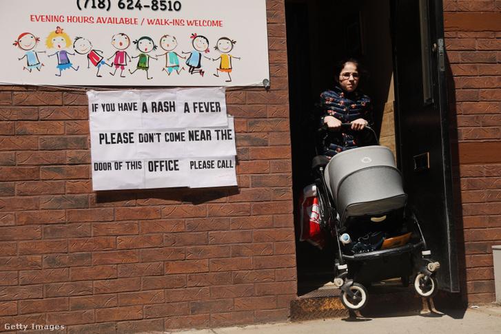 Felirat figyelmeztet a kanyaró tüneteire a New York-i ortodox zsidó negyedben 2019. április 10-én
