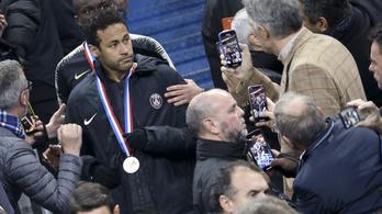 Nyolc meccset is kaphat a szurkolót megütő Neymar