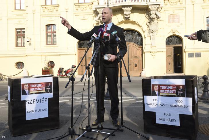 Szabó Bálint, a Szeviép cégcsoport alvállalkozóinak egy részét képviselő Likvid Kontroll Kft. ügyvezetője a szegedi városháza előtt tartott sajtótájékoztatóján 2017. március 31-én