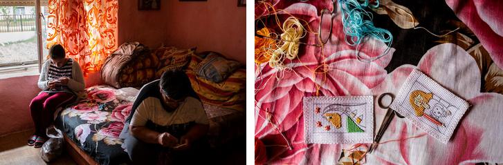 Angéla toldi otthonában hímez, lánya társaságában