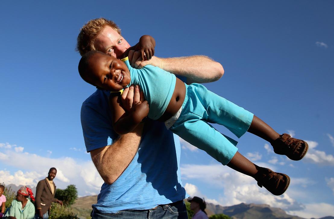 Harry herceg játszik egy hároméves árva kisfiúval a Phealnong Gyermek Otthonban, Lesothoban 2014. december 6-án.