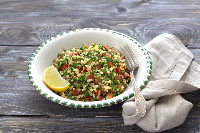 A klasszikus mediterrán saláta, vagyis a tabulé akkor lesz igazán tökéletes, ha jó sok petrezselyemmel és más friss zöldséggel gazdagítod. Az étel önmagában is laktató, de grillezett húsok mellé ugyancsak ideális.