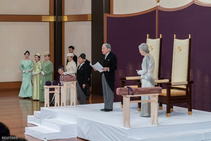 Akihito japán császár Micsiko császárné oldalán beszédet mond a lemondási ceremónián a tokiói császári palotában 2019. április 30-án.