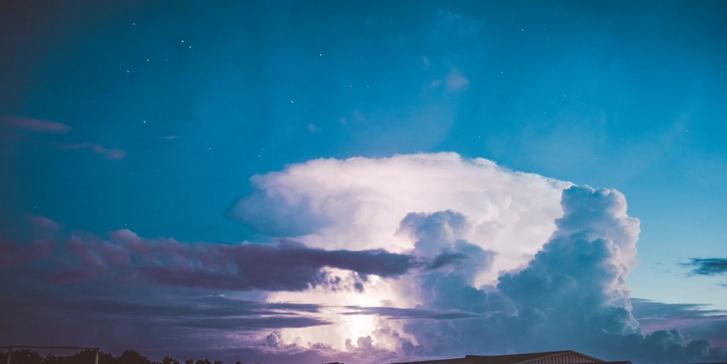 A sztratoszférába hatoló, üllőalakú viharfelhő