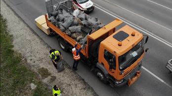 Ezer tonna szemetet szedtek fel önkéntesek hétfőn