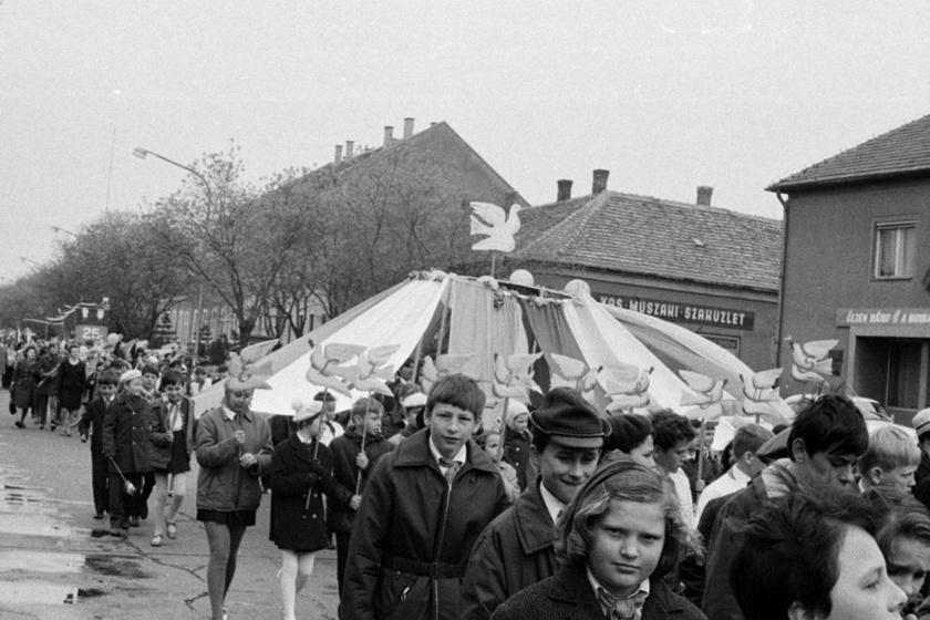 Így vonultak a gyerekek a május elsejei forgatagban. (1970)
