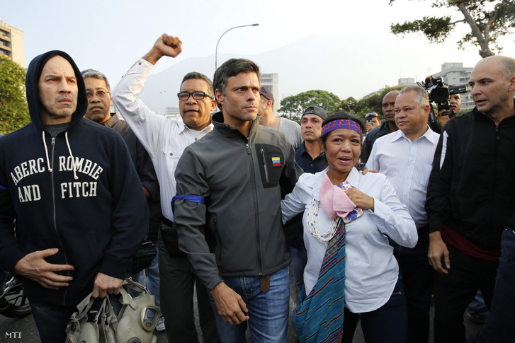 Leopoldo López ellenzéki vezetõ (k) támogatóinak körében Caracasban 2019. április 30-án miután szabadon engedték házi õrizetébõl.