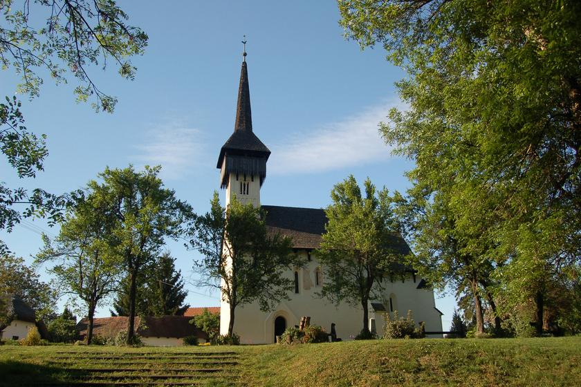 8 csodás magyar falu a bakancslistádra: mosolygós szenteket és barlanglakásokat is láthatsz