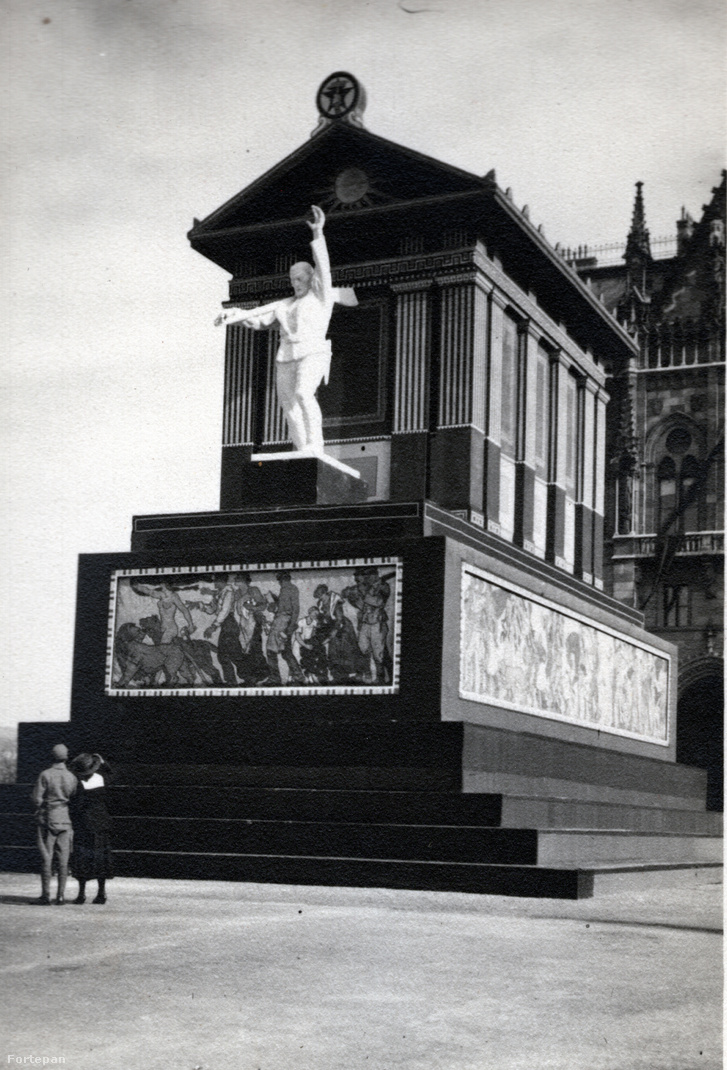 A Munka temploma az Országház előtt, a dekoráció alatt Andrássy Gyula lovasszobra rejtőzik