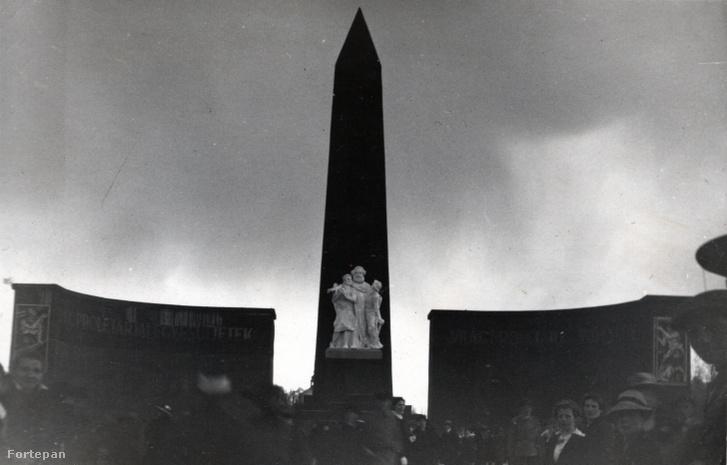 A letakart Millenniumi emlékmű, középen Marx-szoborcsoport, a kolonnádok végfalain Uitz Béla pannói.