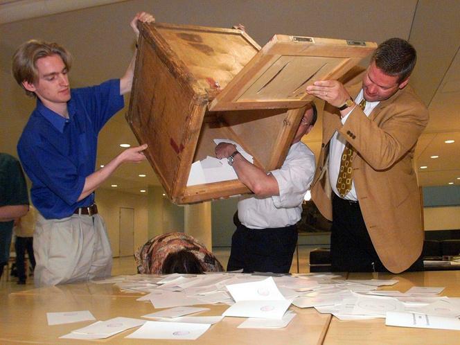 Az 1999-es Helsinki EP választás szavazatszámlálói urnát ürítenek.
