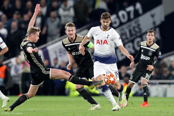 Fernando Llorentét támadják az Ajax-játékosok a Bajnokok Ligája elődöntőjében