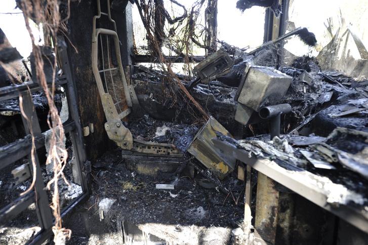 A Budapesti Közlekedési Központ (BKK) kiégett autóbusza a Margitszigeten 2019. május 1-jén.