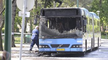 Teljesen kiégett egy 26-os busz a Margitszigeten, az utasok idejében lemenekültek