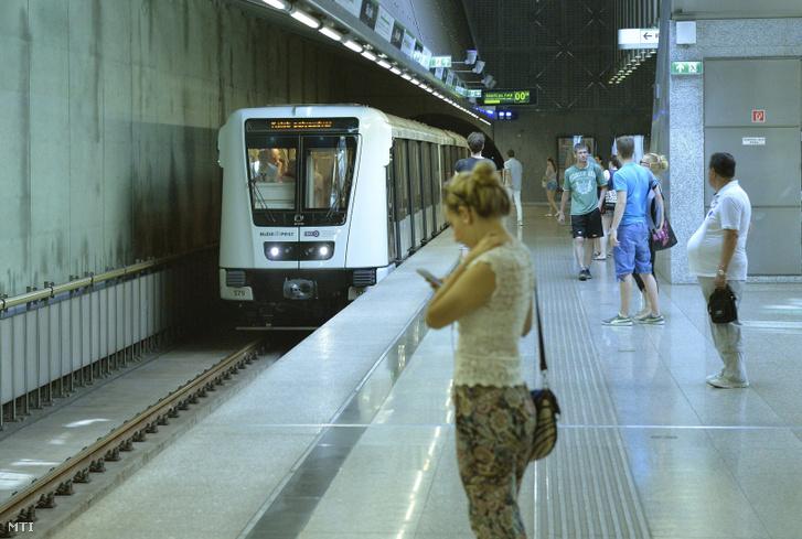 A vezetőfülke nélkül közlekedő első szerelvény érkezik a 4-es metróvonal Bikás park állomására 2016. június 25-én.