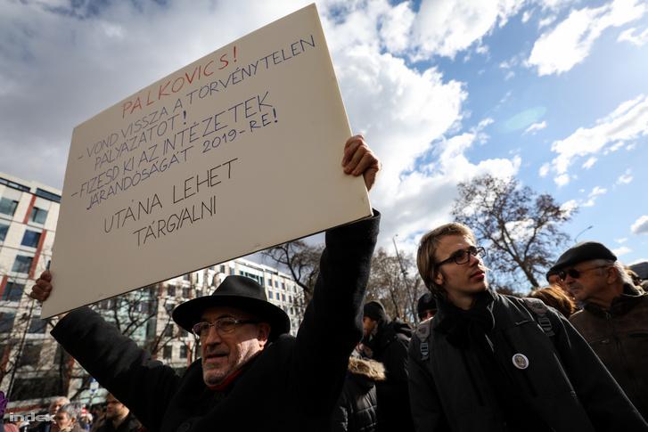 Tüntető az Akadémiai Dolgozók Fóruma élőláncos demonstrációján, a Magyar Tudományos Akadémia épületénél 2019. február 12-én