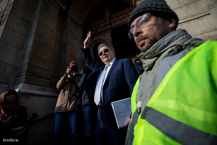 Lovász László, az MTA elnöke átvette az ADF petícióját, majd visszament az elnökségi ülésre.