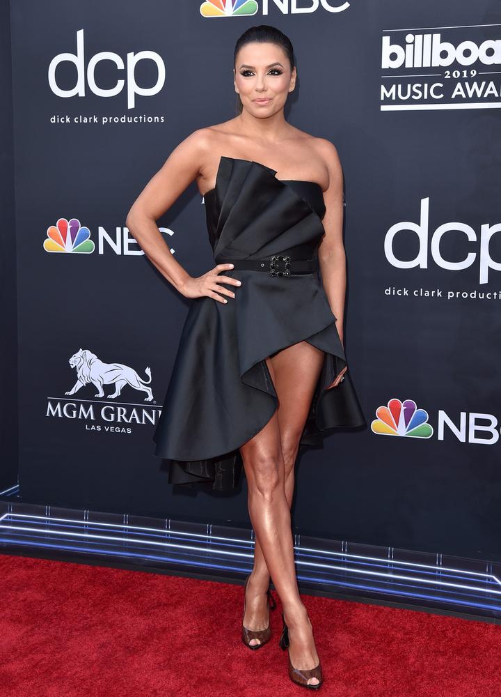 Kelly Clarksonhoz hasonlóan Eva Longoria is feketében jelent meg