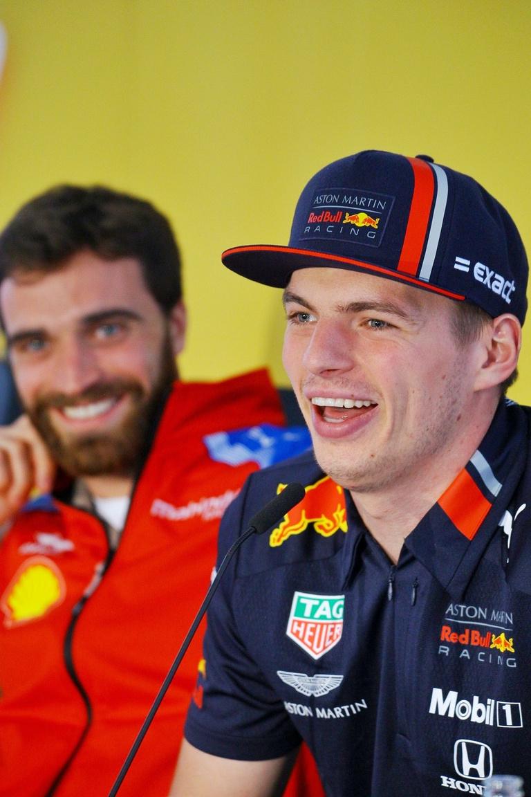 A két külföldi sztárvendég egyike ezúttal is Max Verstappen, a Red Bull megosztó személyiségű holland fenegyereke, a, másik pedig Jérôme D'Ambrosio, a Formula E sorozatban rajthoz álló Mahindra Racing  versenyzője voltak. Szemmel láthatóan jó hangulatban érkeztek, végigdumálva, nevetgélve a sajtótájékoztatót.