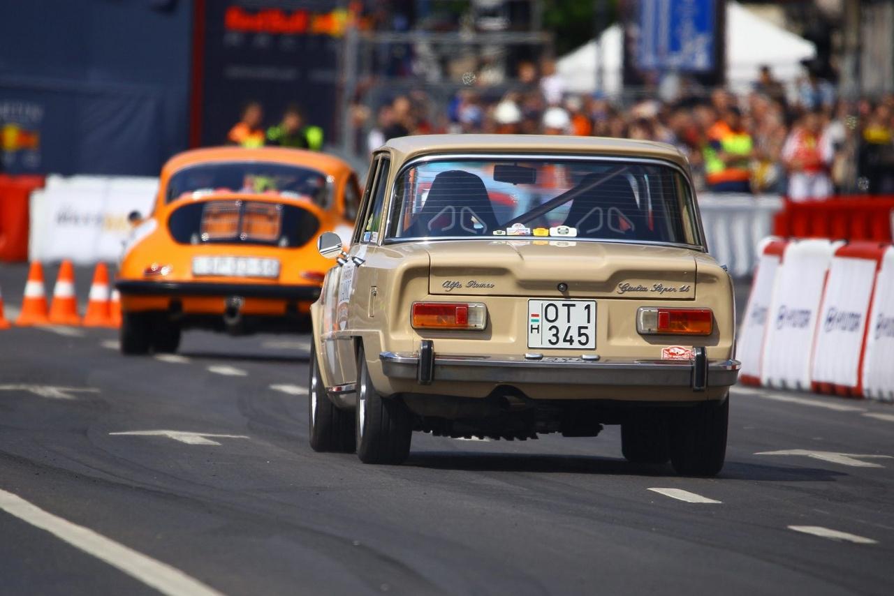 Ilyen Alfa Romeo Giulia volt Bud Spencer egyik kedvelt típusa a Piedone filmekben. A '62 és '78 között gyártott könnyű, erős motorokkal szerelt sportos kis olasz limuzinok ára az utóbbi években olyan emelkedésnek indult a veteránpiacon, ami négyajtósok esetén igen ritka.