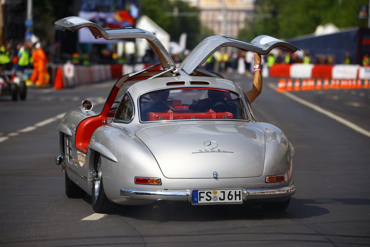Bőszen folyik a Hungaroring Classic promóciója, ez az az esemény, ami meg is érdemli ezt, számomra az év magasan legjobban várt rendezvénye lesz nyáron a Hungaroringen. Aki két éve ott volt az elsőn, az tudja miért, aki nem, az mielőbb vegyen jegyet, mert ennél ütősebbet nem lát a környéken. A sirályszárnyú ajtós, legendás Mercedes 300 SL Gullwing elég erős hívószó többek között, bár a jelenlegi 1-2 millió eurós áron fellelhető, kb. 1400 legyártott példány szinte tömegtermék néhány ott felbukkanó típushoz képest. Az egyedülálló Ferrari kenyereskocsi, vagy a négy db Lola T, amikre számíthatunk a többszáz versenyautó közül, igazi csemegék lesznek.
