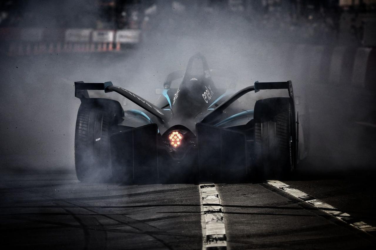 Érdekes volt megtapasztalni, ahogy Batman hajszárító hangon lopakodó szupergépe azonnal ébredő, hegyomlásnyi nyomatékból gumit éget az Erzsébet téren, ami idén is a kiemelt és elvárt attrakció volt.