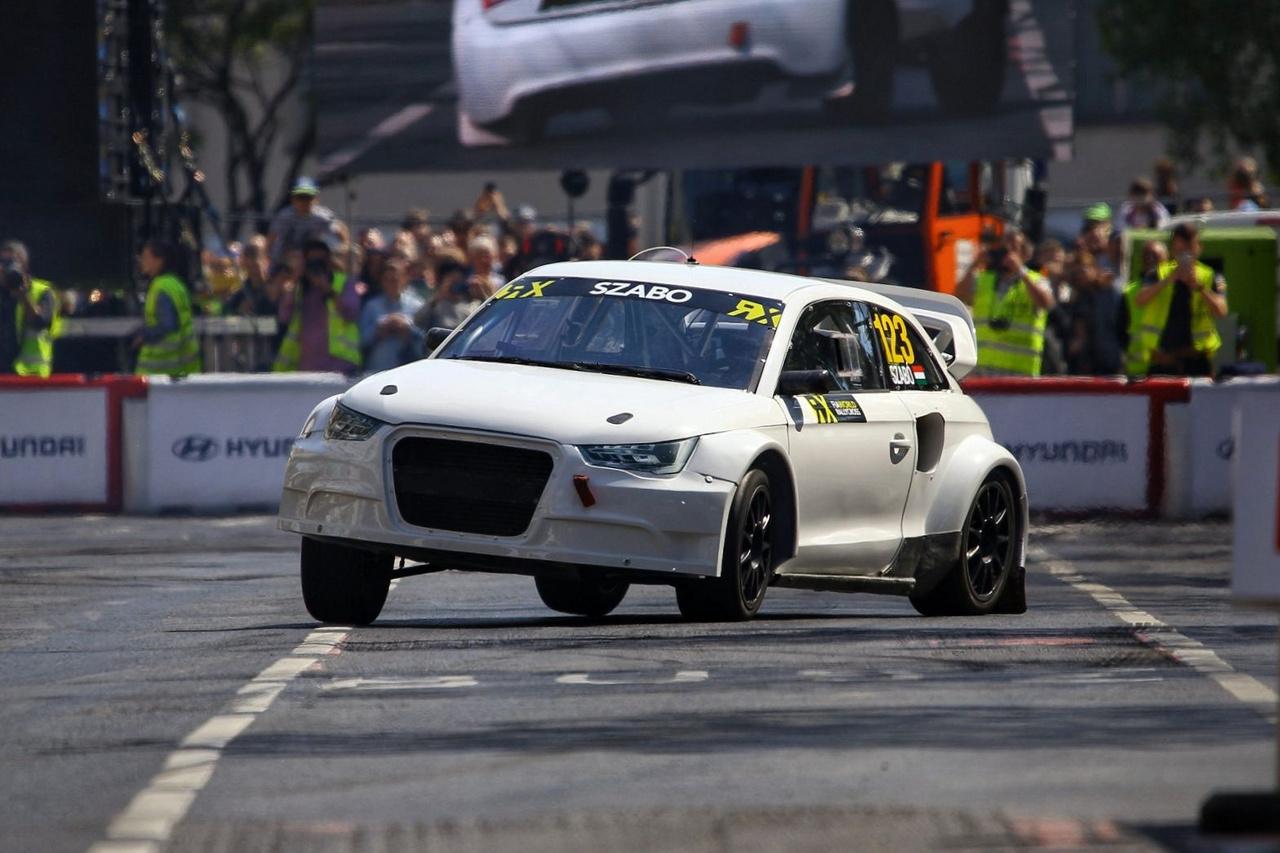 Szabó Krisztián idén teljes szezont teljesít a Rallycross világbajnokságban, méghozzá a DTM és Rallycross menő Mattias Ekström csapatában, egy pontosan ilyen Audi S1-gyel, mint amit a shown gyilkolt. Vicces, hogy a vendégek közül leginkább az ő autóját próbálnák ki legtöbben. Verstappen is rá lenne cuppanva, de mint mesélte, még a síelésről is le van tiltva, nem hogy még ilyen úri huncutságokon törje a fejét.