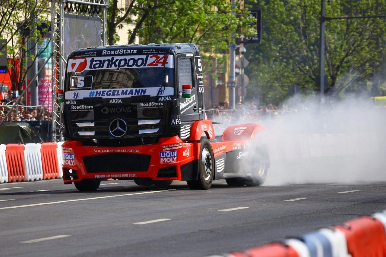 Az ilyen bulikból kétszeres Európa bajnokunk, Kiss Norbi sem maradhat ki. Mercedes versenykamionjával a fél utcát és a teljes közvetítő stábot vastag gumifüstbe csomagolta.