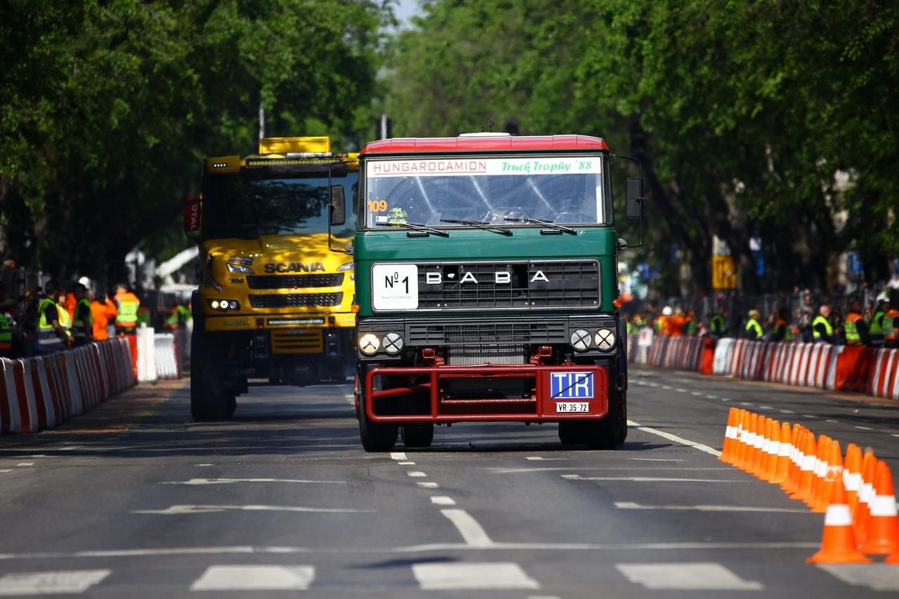 A Béke Tóniék által a Csirketelepen felújított legendás Rába versenykamion és Dakaros Scania is felvonult az utcákon. Hosszú évek után a sorozat egyébként visszatér Amerikából és Szaúd-Arábiában rendezik a következő Dakart. Eleve nevetséges volt így hívni a sorozatot, sokezer kilométerrel távolabb. A rendezés költségei miatt szépen sorban hullottak ki az eddig lelkes dél-amerikai országok a szervezők közül, így a sorozat számára ott elfogyott a levegő.