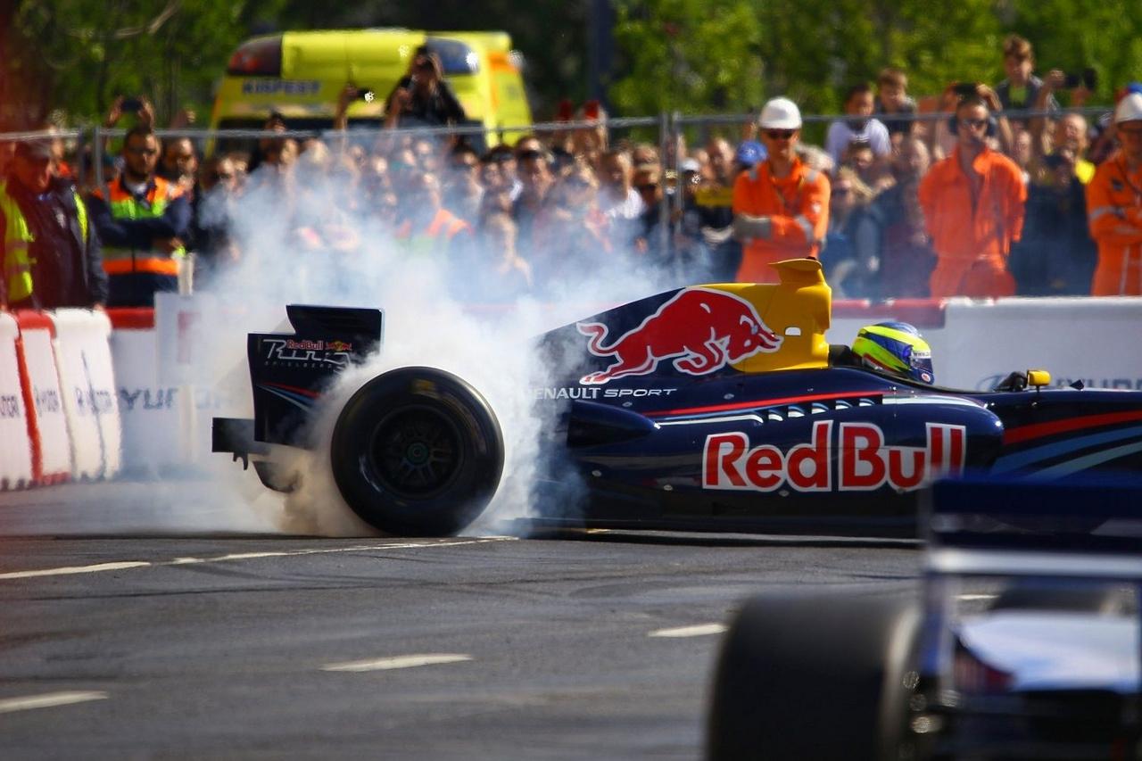 Variációk gumifüstre a Red Bull résztulajdonos Dietrich Mateschitz szertárából. Az idősödő osztrák igen színes gyűjteményt őrizget, ezekből immár hagyományosan a Formula-1-es autókból a Renault Wsr gépeken át Nascaros autókig többel is találkozhatott a közönség.
