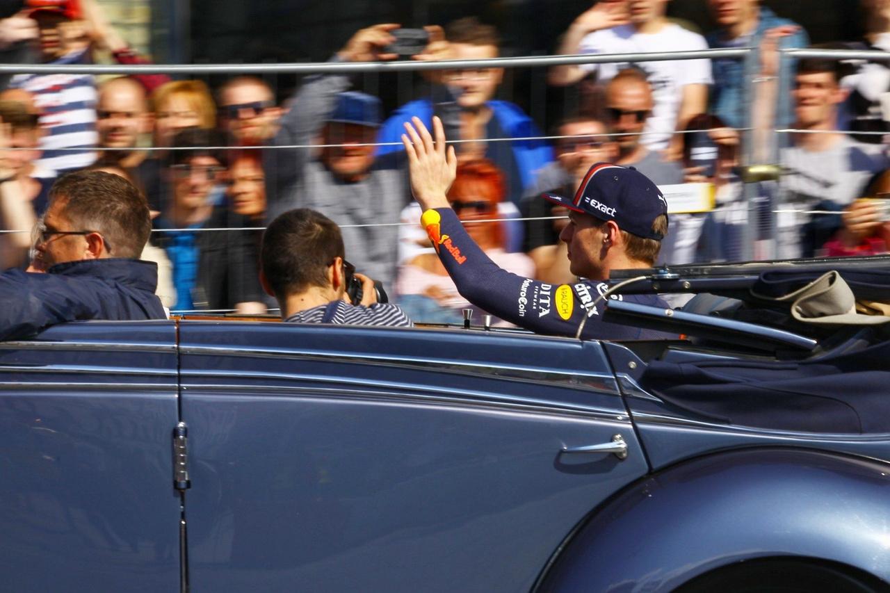 Max Verstappen a rajongók kitörő örömére több helyen megállt a pályán és autogramokat osztogatott a nézőknek.