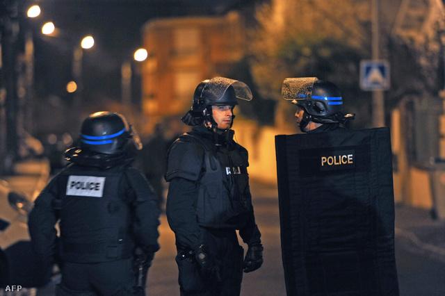 A francia elitkommandó, a RAID alakulatai akciót indítottak egy ház ellen Toulouse-ban. Feltételezések szerint a házban bujkál a zsidó iskolánál történt hétfői gyilkosságok elkövetője, aki gyaníthatóan egy héttel korábban három francia ejtőernyős katonával is végzett.